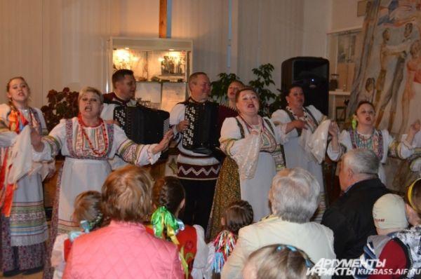 На импровизированной сцене весь вечер выступали народные и этнические коллективы. Особой популярностью пользовался кемеровский ансамбль