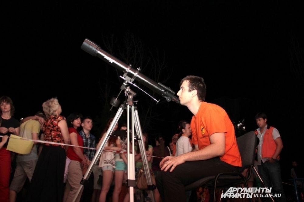 Перед музеем Энштейна собрались любители астрономии.