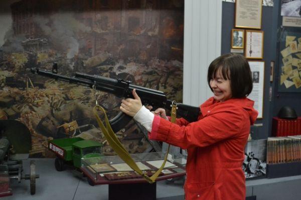 Желающих разобрать и собрать автомат было немного, а вот сфотографироваться на память с настоящим оружием в руках хотели и взрослые, и дети.