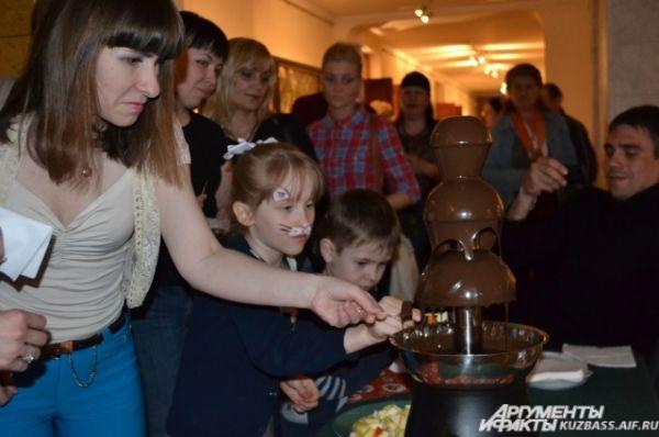 Посетители смогли принять участие в китайской чайной церемонии или попить чай с пирогами и баранками у Купчихи, а любителей сладкого привлекал дивный запах шоколадного фонтана.