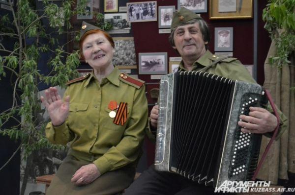 В прифронтовом лесу на привале можно было подкрепиться гречневой кашей и послушать песни военных лет.
