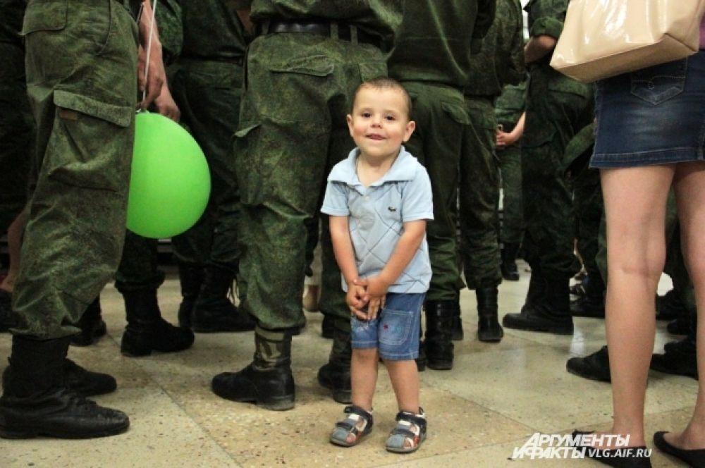 На экскурсию в музей Машкова пришли военные, многие из них взяли с собой детей.