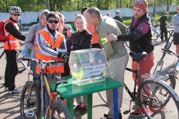 Прямо в ходе велопробега можно было принять участие в лотерее и выиграть приз