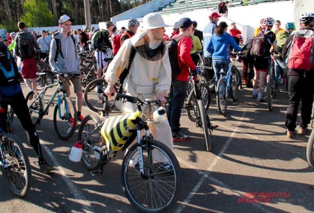 Один из участников приехал в костюме пчеловода