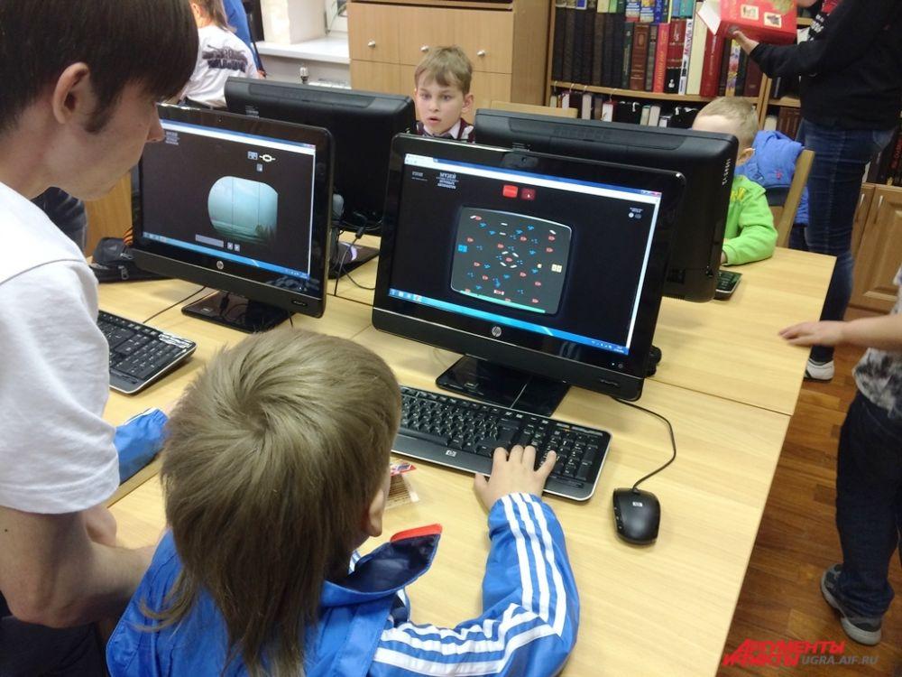 В библиотеке музея расположились любители компьютерных игр. Там можно было поиграть в «Морской бой», «Магистраль» и «Городки».