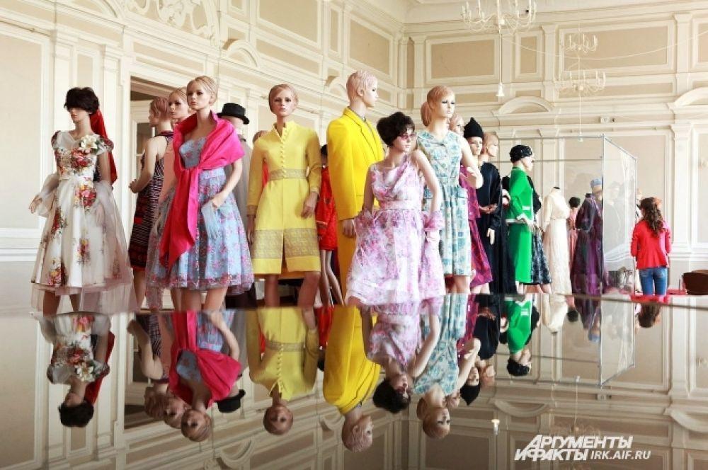 На выставке представлено более 60 экспонатов: предметов одежды и аксессуаров, которые носили жители России на протяжении всего прошлого века.