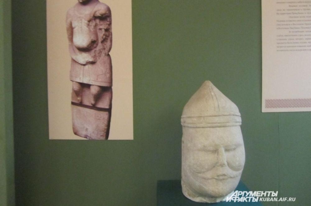 Голова, оставшаяся от древнего половецкого изваяния. Такие каменные статуи имели обыкновение создавать степные кочевники половцы, досаждавшие южанам своими набегами.