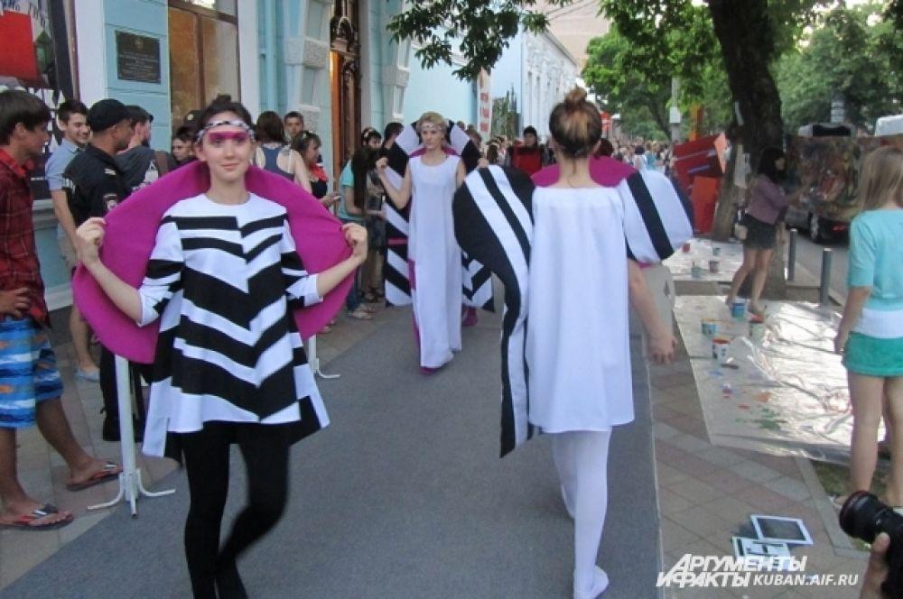 А возле Краснодарского художественного музея имени Коваленко устроили показ мод молодых модельеров.