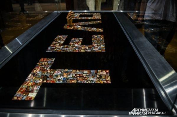 Инсталляция золото партии состоит из значков и орденов сталинских времён