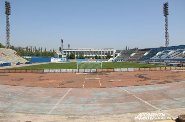 Строительство главной спортивной арены Сталинграда началось в 1958 году, а в 1962 году стадион уже был готов к эксплуатации.