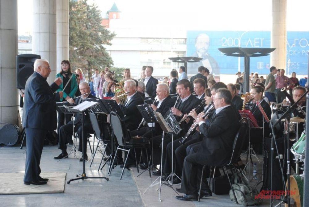 Вечер на площади 100-летия открыл ульяновский симфонический оркестр.