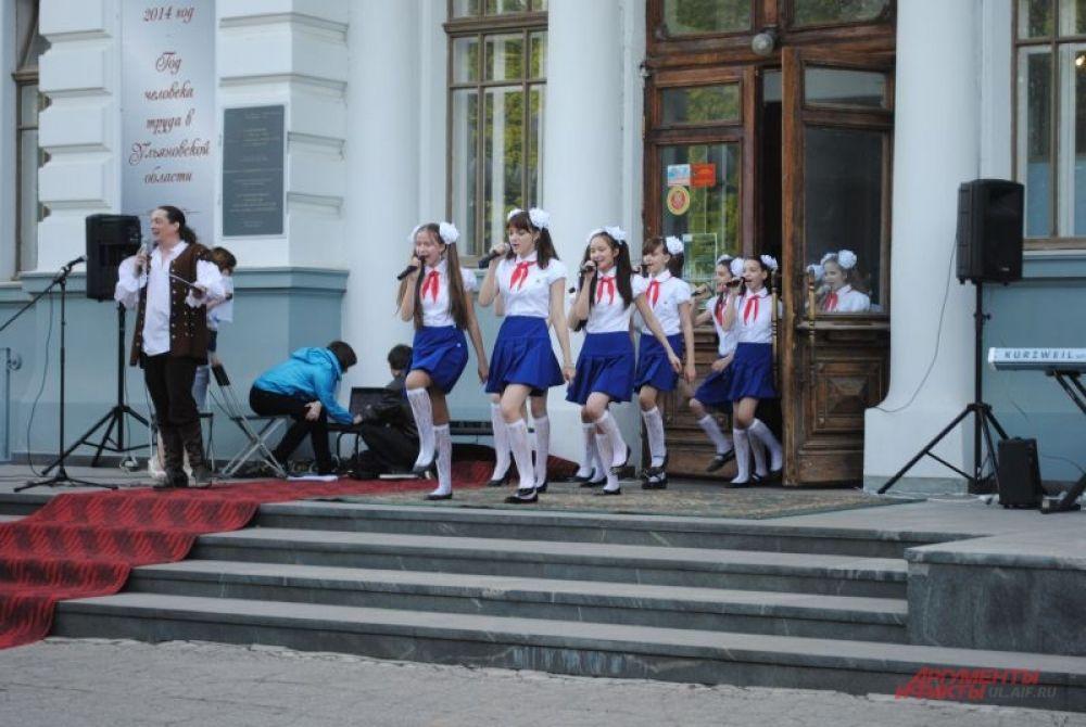 И здесь «советская» ностальгия – пионерия на марше!