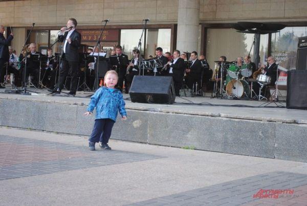 С певцами-профессионалами успешно конкурируют любители.