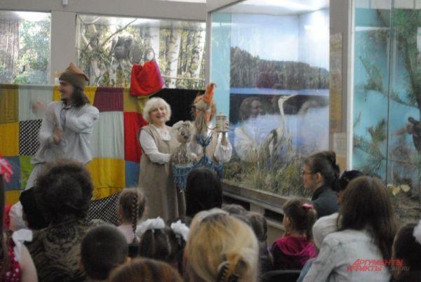 В зале природы к детям пришли артисты театра кукол.