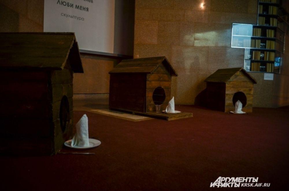 Инсталляция показывает, что разницы между собакой и человеком, в общем, немного