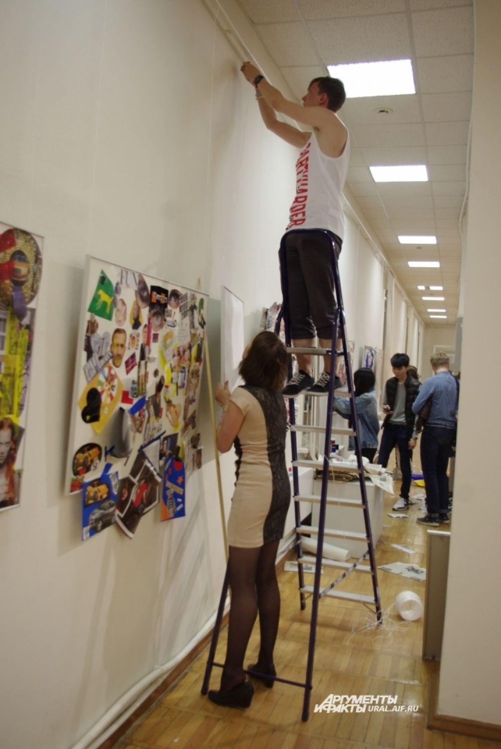 Чистых плакатов не хватало, чтобы вместить в себя всю неуемную тягу к творчеству, которая проснулась в посетителях.