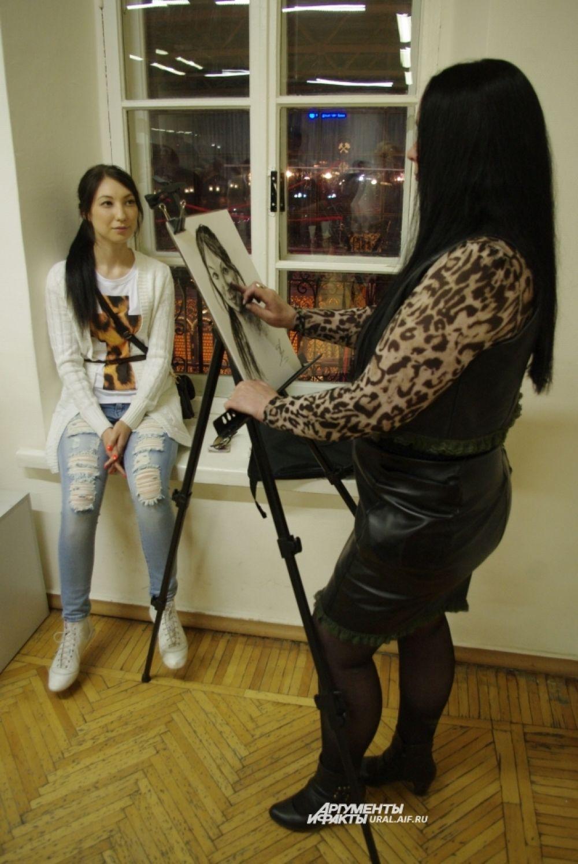 А тем, кто, налюбовавшись на чужие портреты, хотел получить свой собственный, были организованы места с работающими художниками.