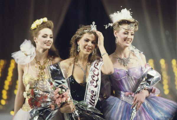 Победительница конкурса Юлия Суханова (в центре) с другими призёрами – Анной Горбуновой (второе место, справа) и Екатериной Мещеряковой (третье место, слева).