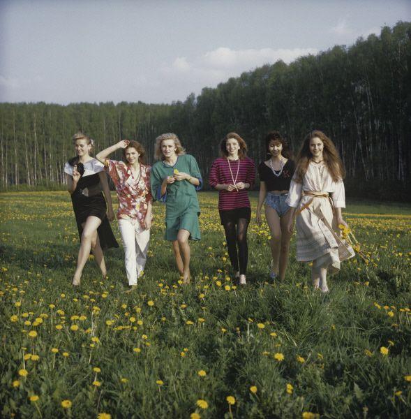 Конкурс «Мисс Россия»-89 проходил в течение трёх дней – с 19 по 21 мая. На фото: конкурсантки на отдыхе в посёлке Аксаково.
