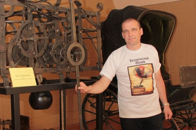 Вячеслав Хуртин рядом с механизмом башенных часов 1829 года