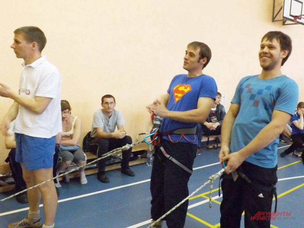 Страховали ребят веселые инструкторы.