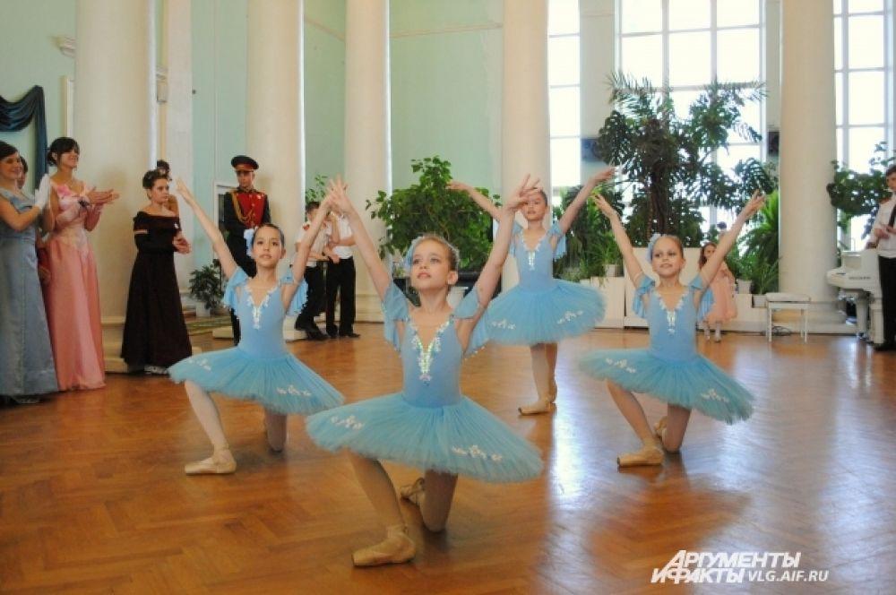Юные танцовщицы «Школы балета XXI век» продемонстрировали собравшимся классическую хореографию.