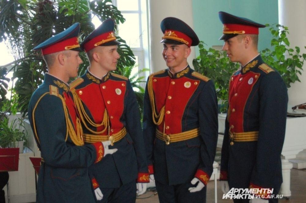 В качестве галантных кавалеров предстали солдаты Волгоградской роты почетного караула.
