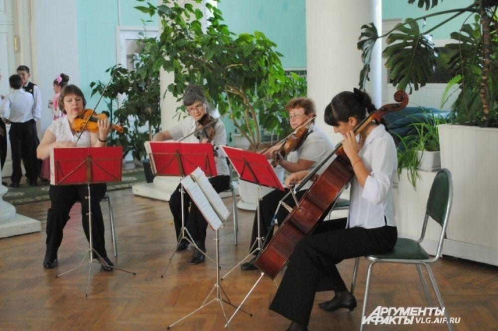 Струнный квартет «Серенада» встречал гостей исполнением произведений Чайковского и Римского-Корсакова.