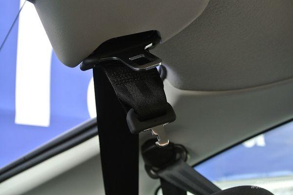 Крепёж ремня безопасности для среднего пассажира второго ряда.