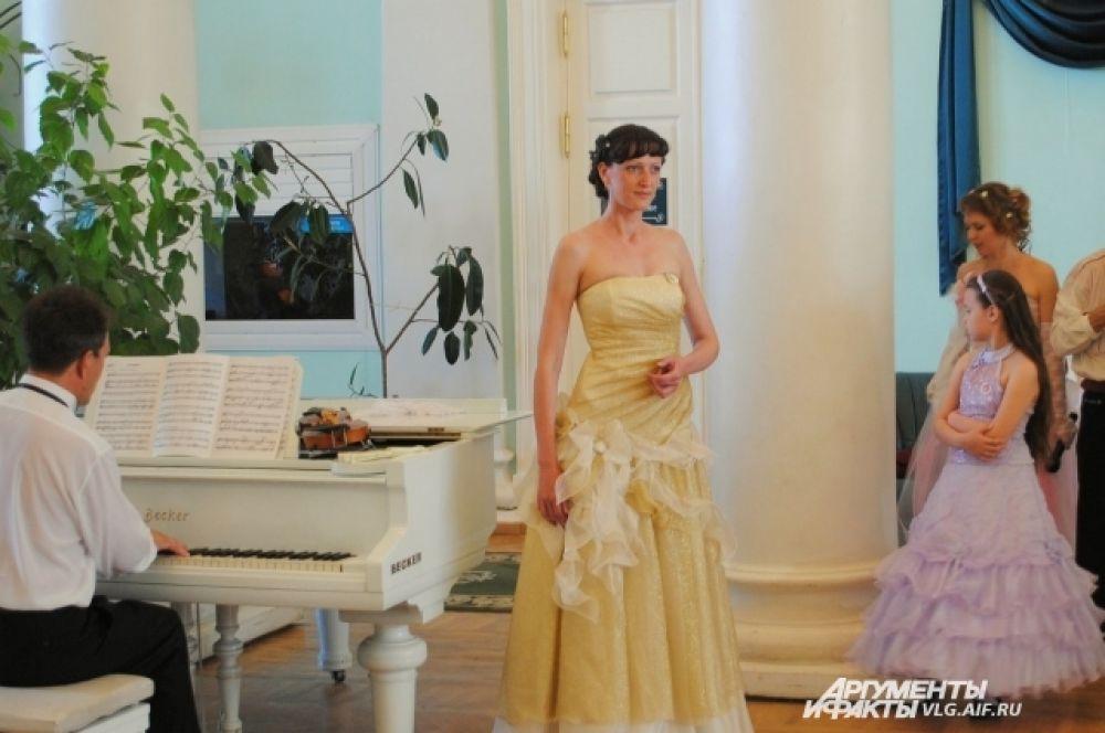 Вокалистка Светлана Кателикова и концертмейстер Игорь Боков порадовали гостей исполнением русских романсов.