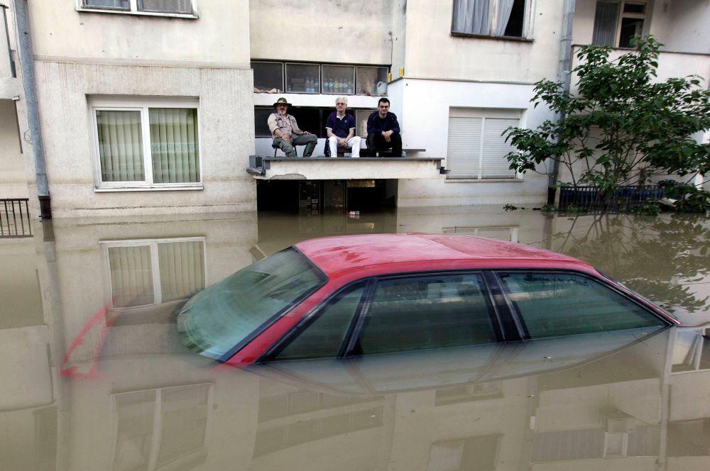 Свыше шестнадцати тысяч людей уже эвакуированы из своих домов. Затем в Сербии объявили срочную эвакуацию жителей еще 12 городов.