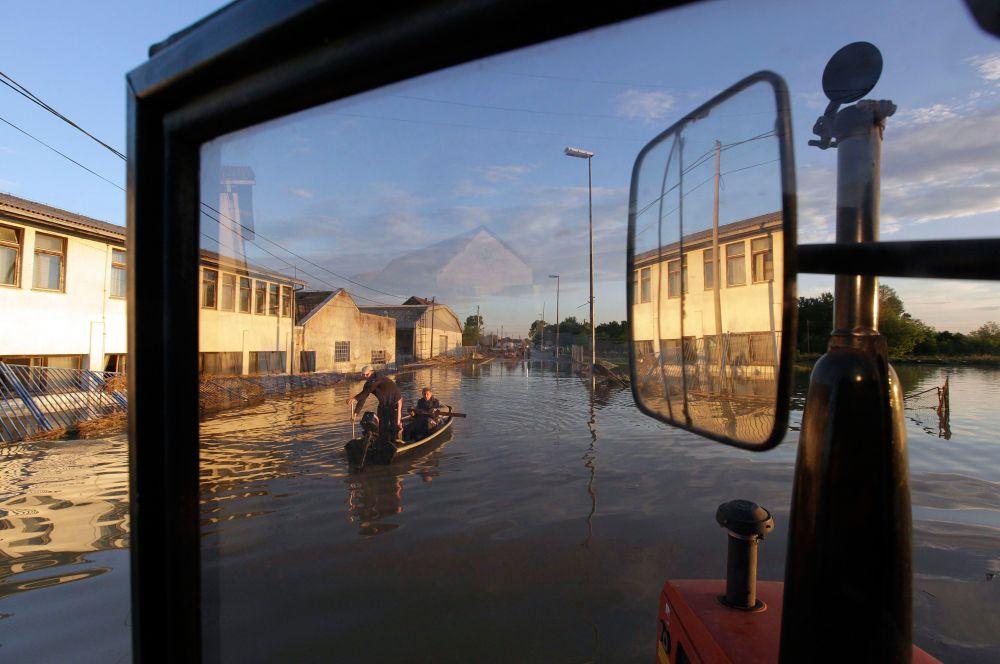 Также из берегов вышла река Висла в Польше – в этой стране затопило несколько небольших городов, однако, сообщений о масштабных разрушениях не поступало.