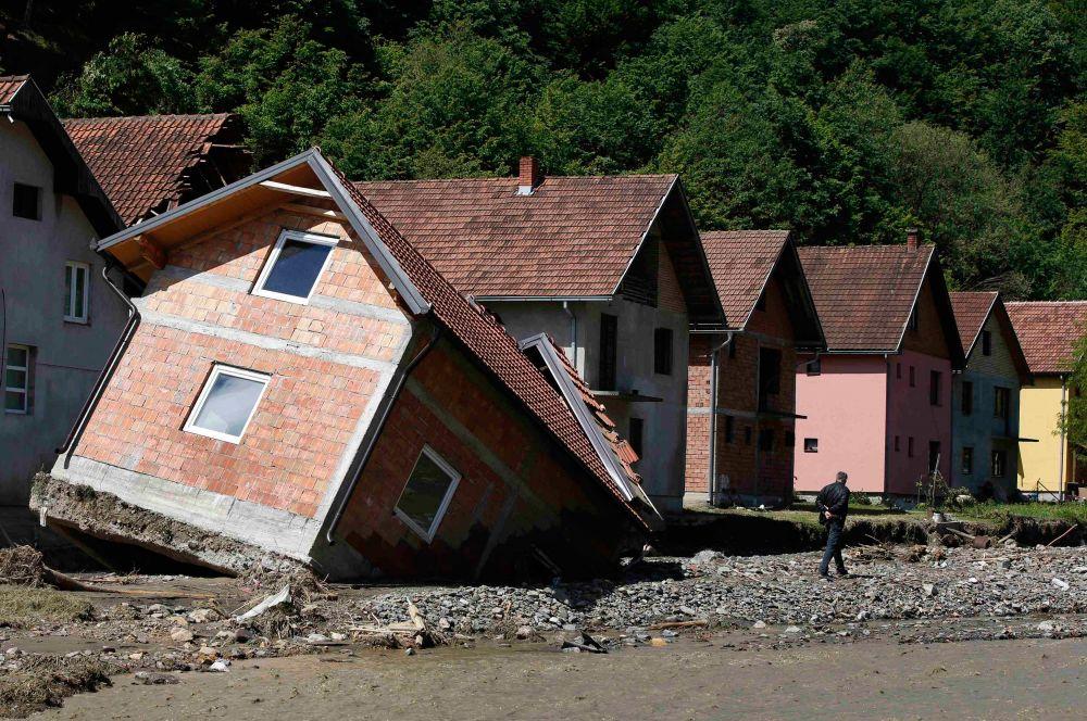 В общей сложности в результате разгула стихии погибли не менее тридцати человек, их точное число пока не установлено.