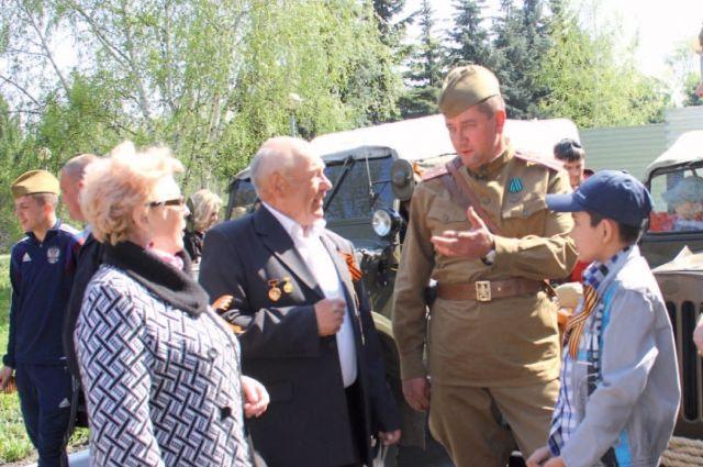 Ветераны с удовольствием фотографировались у военных автомобилей.