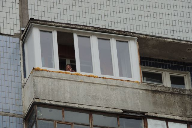 34-летняя украинка выбросилась с балкона курской многоэтажки.