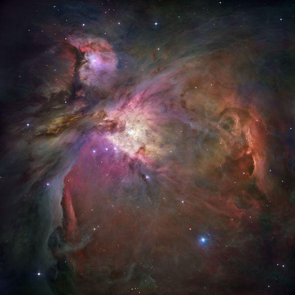 Туманность Ориона, самая яркая диффузная туманность. Её видно практически из любой точки Земли за счёт блеска около 4 звездной величины. Туманность располагается на расстоянии около 1344 световых лет, а её протяжённость составляет 33 световых года.
