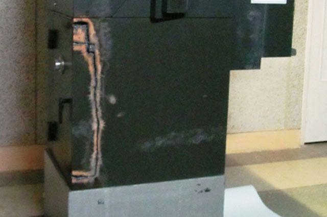 Вскрытый банкомат.