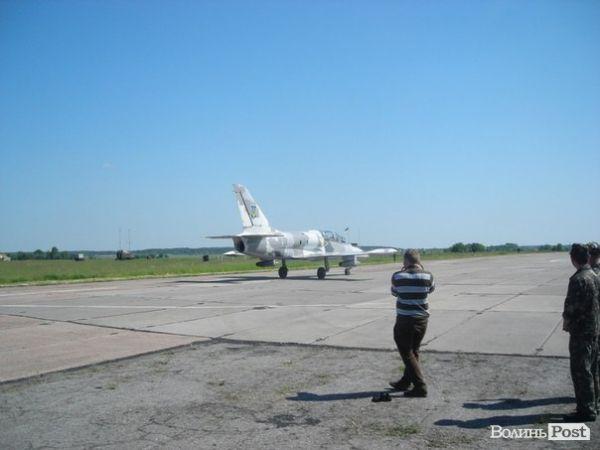 Взлет боевого самолета в Луцке