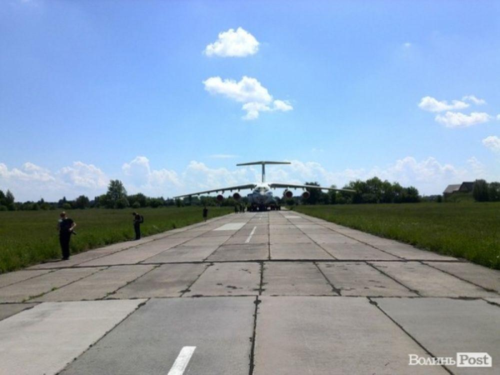 Взлетная полоса и военный самолет в Луцке
