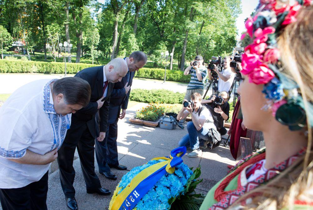 Власти совместно с народными депутатами, представителями духовенства и общественности поклонились великому украинскому поэту