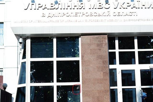Разбитое стекло на фасаде ГУМВД
