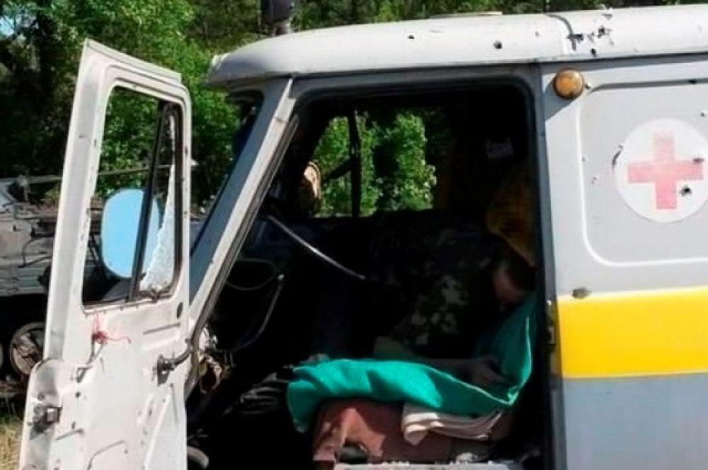 Расстеленная карета «скорой помощи» под Волновахой