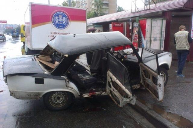 Искореженный ВАЗ-2101 на Троещине в Киеве