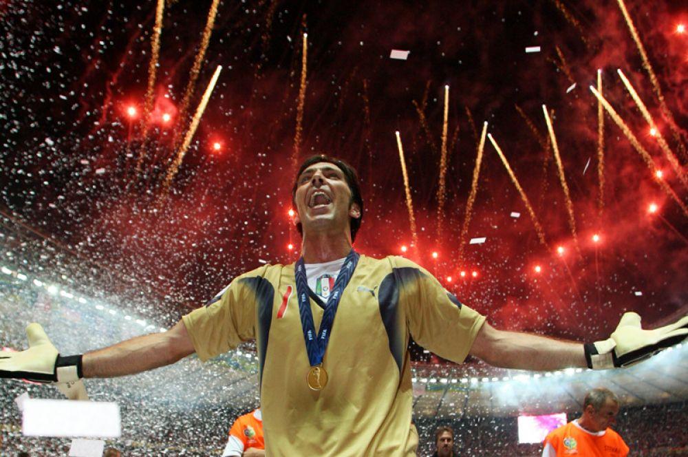 Джанлуиджи Буффон. Италия. 36-летний голкипер сборной Италии, несмотря на преклонный футбольный возраст, продолжает оставаться одним из лучших вратарей планеты. Но через четыре года ему будет 40 лет и он наверняка уступит дорогу своим молодым последователям.