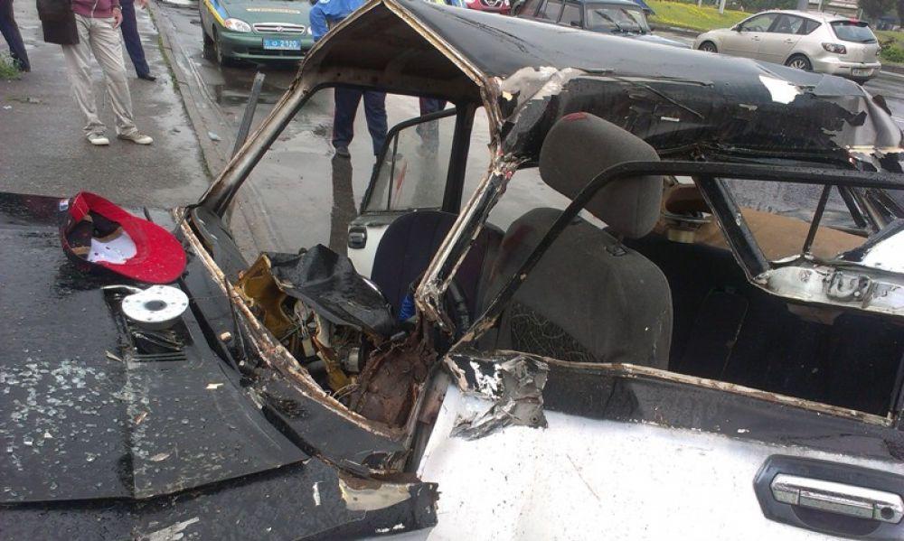 Старенькие «Жигули» врезались в припаркованный грузовик