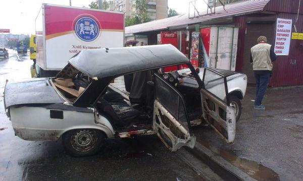 Водитель и пассажиры ВАЗа получили многочисленные травмы