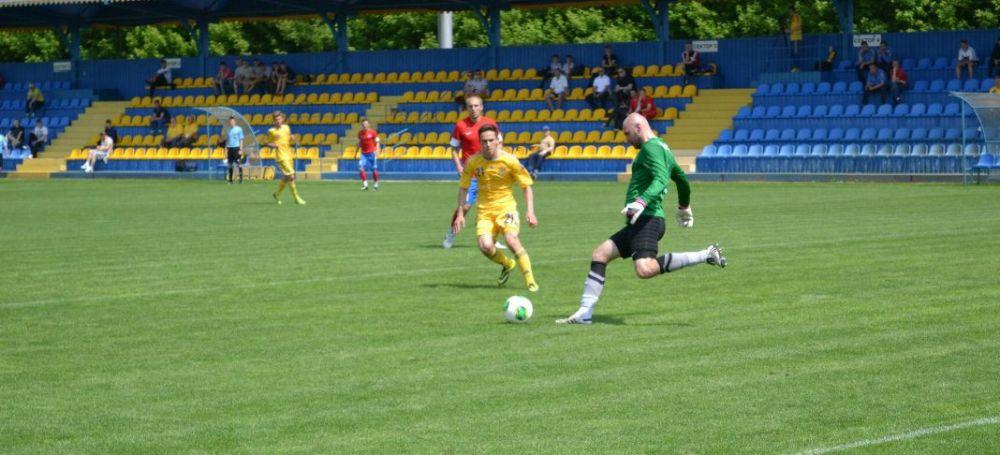Вратарь выбивает мяч в поле на матче «Арсенал» - Украина U-20