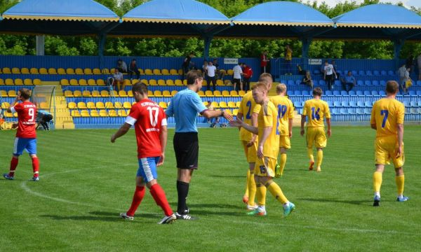 Игрок молодежной сборной Украины с арбитром