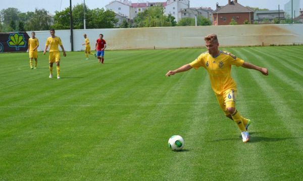 Футболист молодежной сборной Украины готовится к удару по мячу