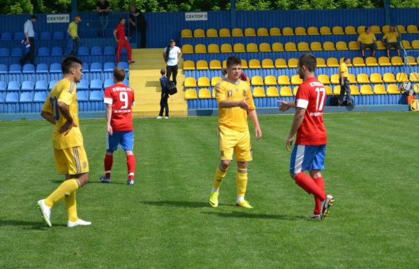 На поле здороваются футболисты «Арсенала» и молодежной сборной Украины